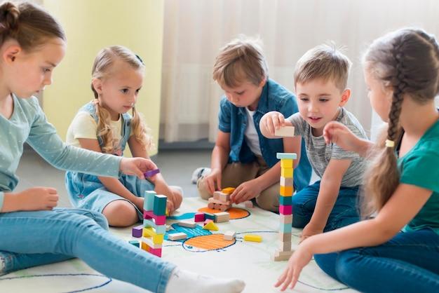 Niños jugando juntos en el jardín de la infancia.
