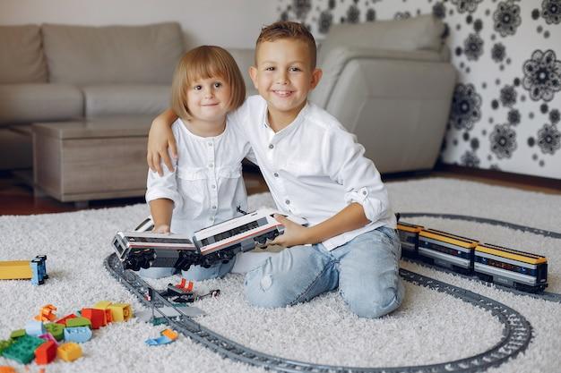 Niños jugando con lego y tren de juguete en una sala de juegos
