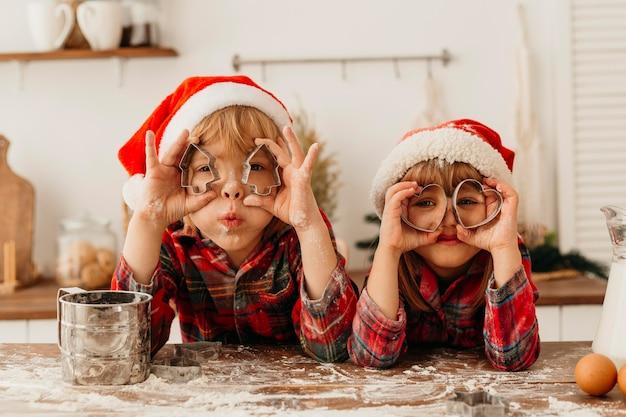 Niños jugando con lindas galletas forman