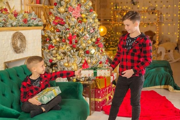 Niños jugando navidad niños felices