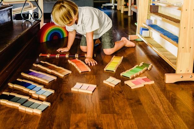 Niños jugando y aprendiendo con tabletas de color montessori