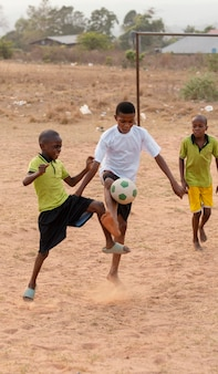 Niños, jugar al fútbol