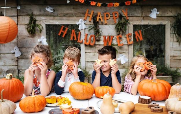 Niños juguetones disfrutando de una fiesta de halloween.