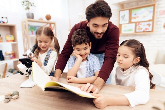 Los niños juntos están leyendo el libro juntos.