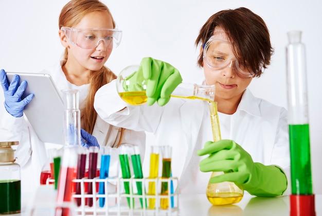Niños en laboratorio químico