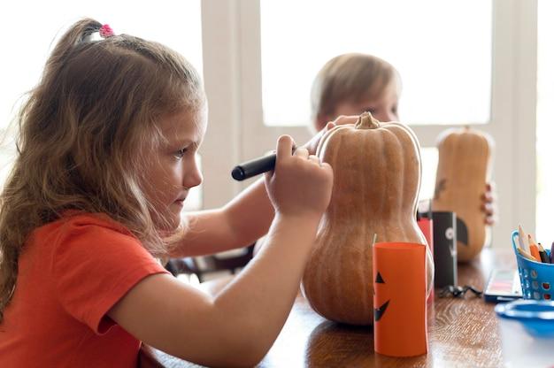 Niños lindos con calabazas concepto de halloween