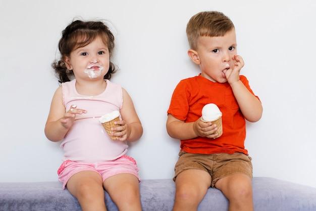 Niños lindos comiendo helado