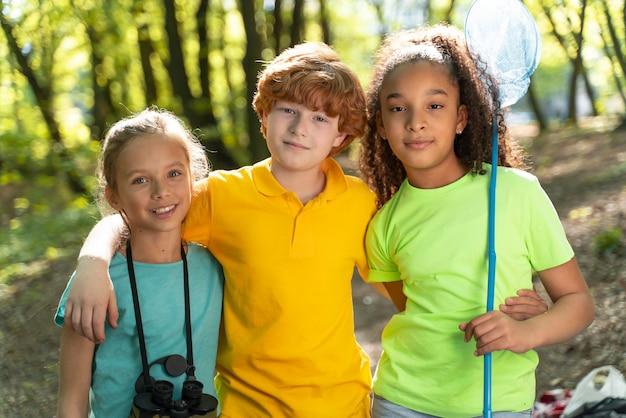 Niños lindos explorando la naturaleza