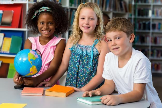 Niños lindos con globo en la mesa