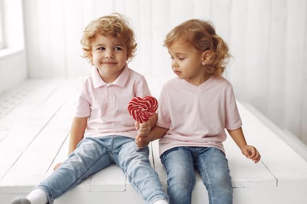 Niños lindos que se divierten con dulces
