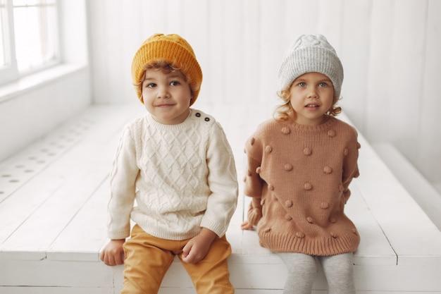 Niños lindos que se divierten