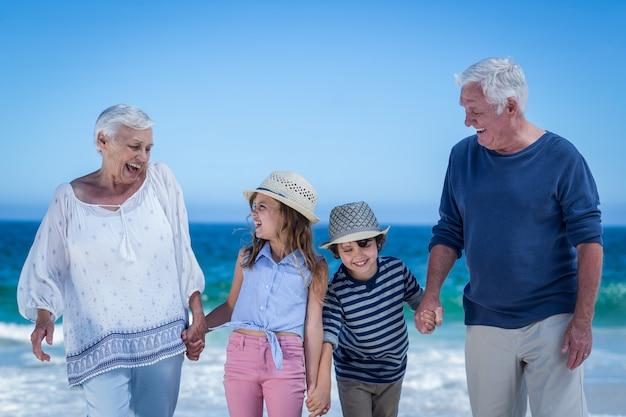 Niños lindos tomados de la mano de los abuelos