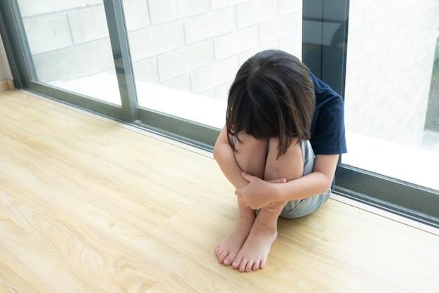 Niños llorando, niña triste, niño infeliz