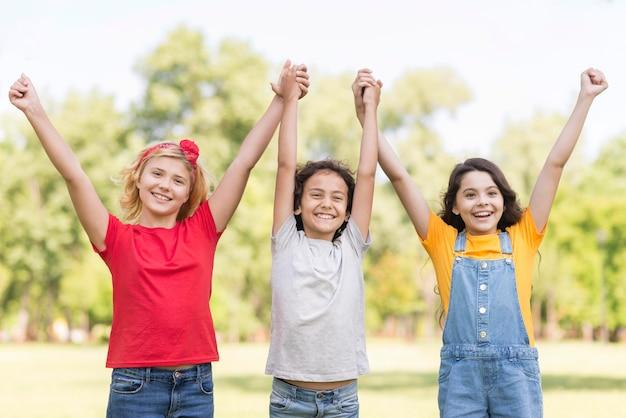 Niños con manos levantadas