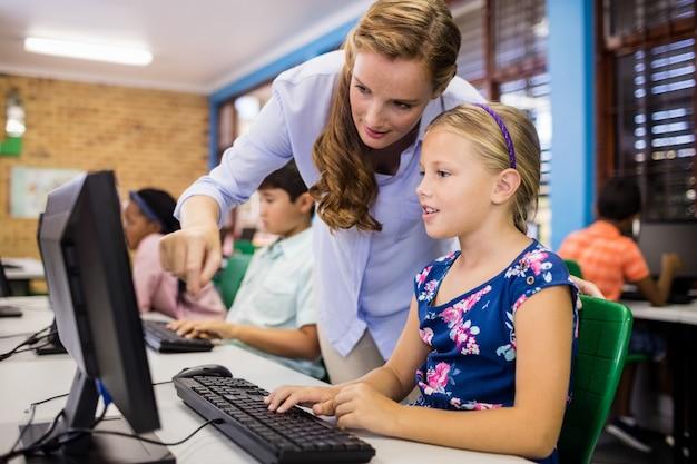 Niños mirando su computadora