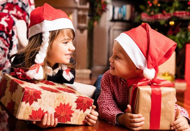 Niños mirandose entre ellos con regalos