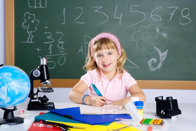 Niños niña en el aula de la escuela con microscopio