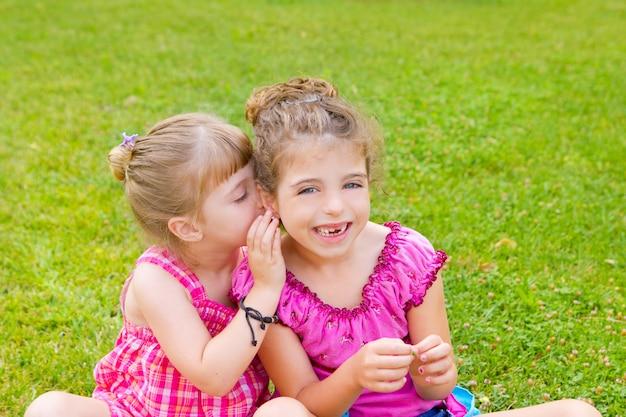 Niños niña hermana amigos susurrando oreja