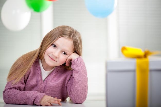 Niños y niñas disfrutando de la fiesta de cumpleaños