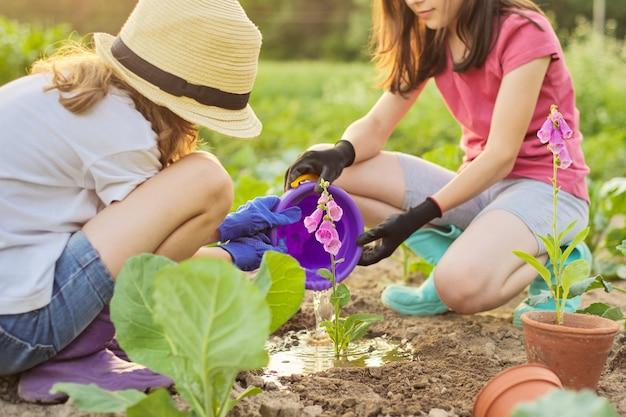Niños niñas plantar maceta con flores en el suelo