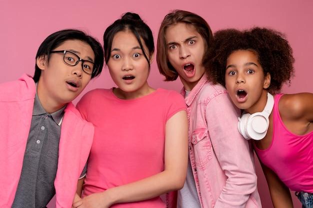 Niños y niñas posando en rosa.