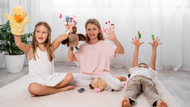 Niños no binarios jugando juntos en casa.