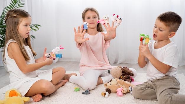Niños no binarios jugando juntos en interiores