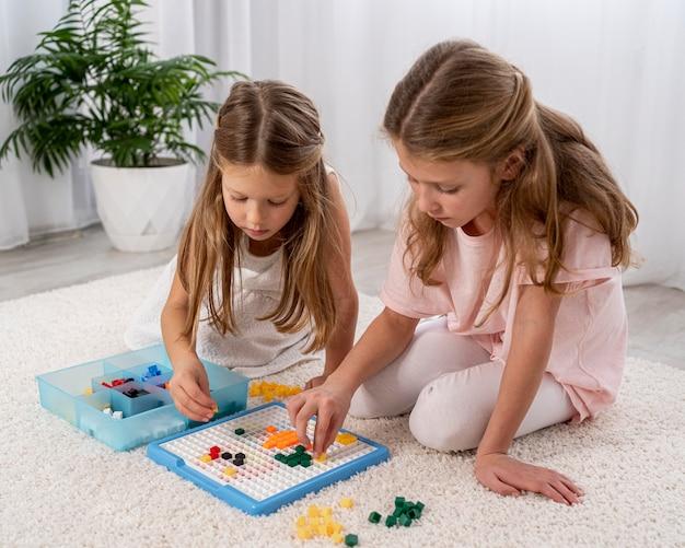 Niños no binarios jugando juntos.