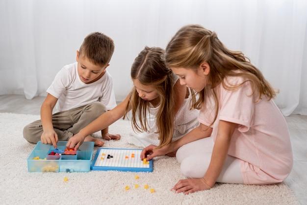 Niños no binarios jugando