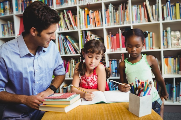 Niños y papá en la biblioteca