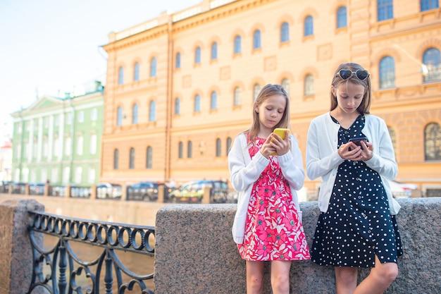 Niños en el paseo marítimo de verano en san petersburgo