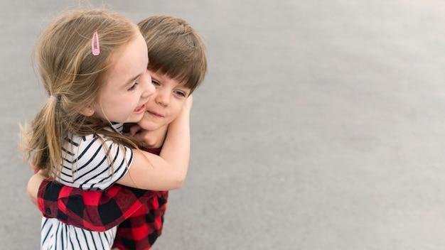 Niños pequeños abrazándose
