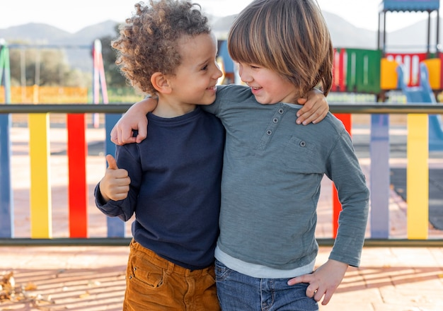 Niños pequeños, aire libre, abrazar