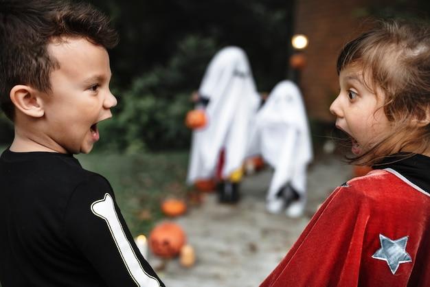 Niños pequeños asustados en halloween