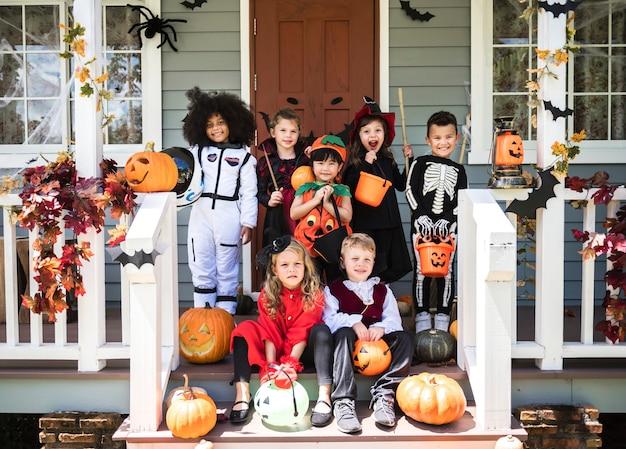 Niños pequeños en disfraces de halloween.