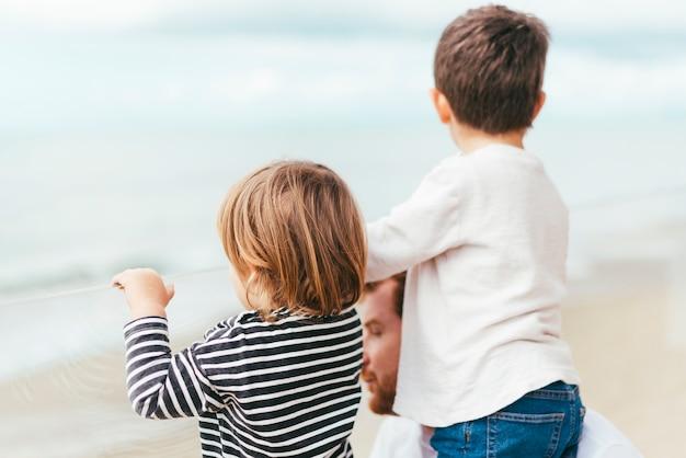 Niños pequeños disfrutando de la vista al mar