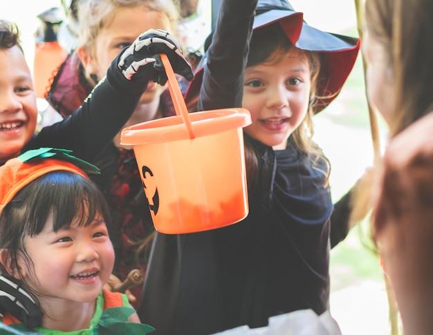 Los niños pequeños engañan o tratan en halloween