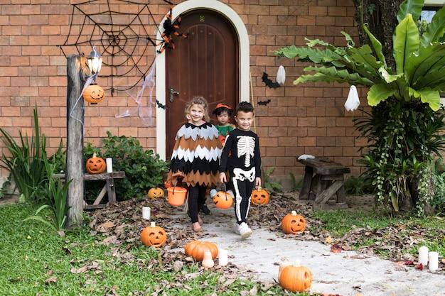 Los niños pequeños engañan o tratan durante halloween