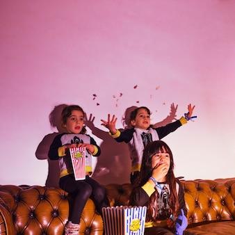Niños pequeños entusiasmados con el programa de televisión
