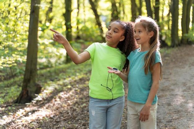 Niños pequeños explorando juntos la naturaleza.