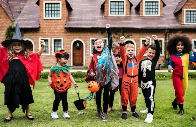 Niños pequeños en la fiesta de halloween
