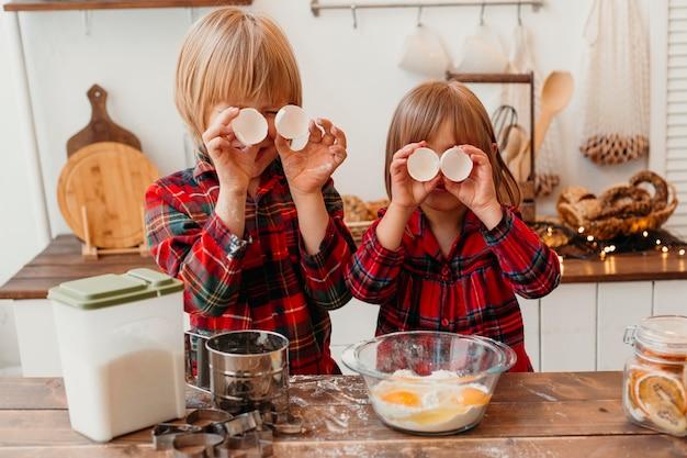 Niños pequeños haciendo galletas de navidad