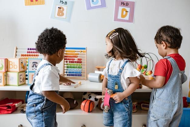 Niños pequeños jugando con juguetes educativos.