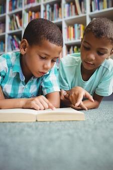 Niños pequeños leyendo un libro