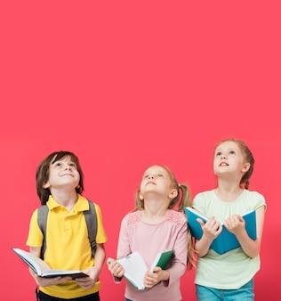 Niños pequeños mirando hacia arriba juntos