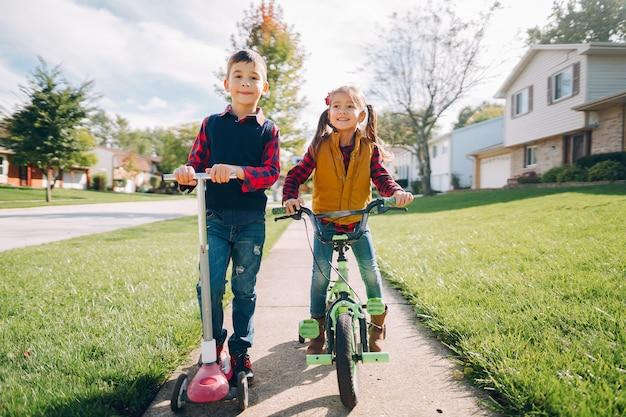 Niños pequeños en un parque de otoño