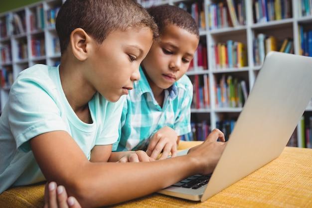 Niños pequeños usando una computadora portátil