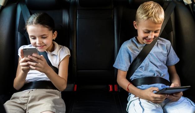 Niños pequeños usando las nuevas tecnologías