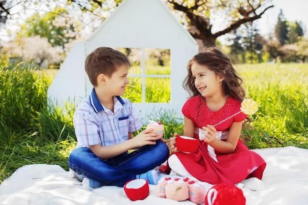 Niños en picnic charlan y ríen. el concepto de infancia y estilo de vida.