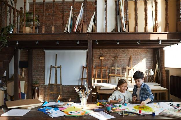 Niños pintando en art studio